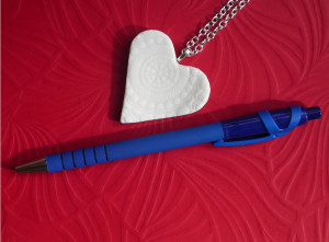 Size comparison of the heart with a pen